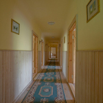 Koridors moteļa otrajā stāvā, kura abās pusēs atrodas numuriņi viesiem. Koridora galā atrodas svinību telpas.
