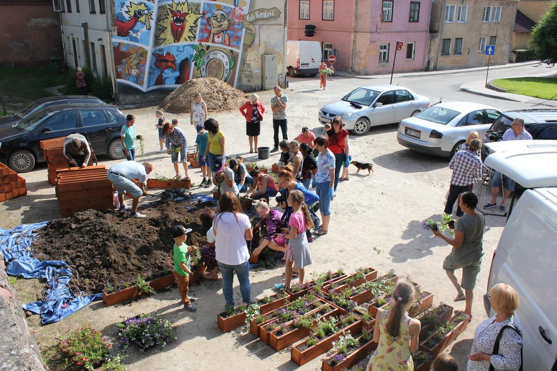 Akcijas laikā uz Kandavas namu palodzēm tika izvietotas 103 koka kastes ar ziediem