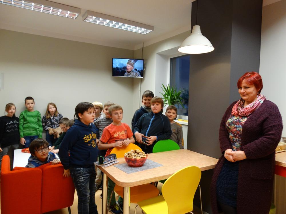 Kandavas internātvidusskolas direktore Elita Lavrinoviča atklāj jaunās atpūtas telpas internāta 4.stāvā.