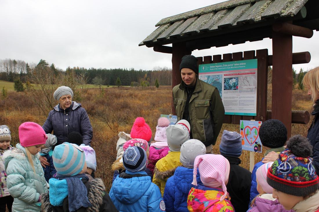 Mežkopis Jānis Kažemaks ar bērnudārza audzēkņiem Čužu purvā