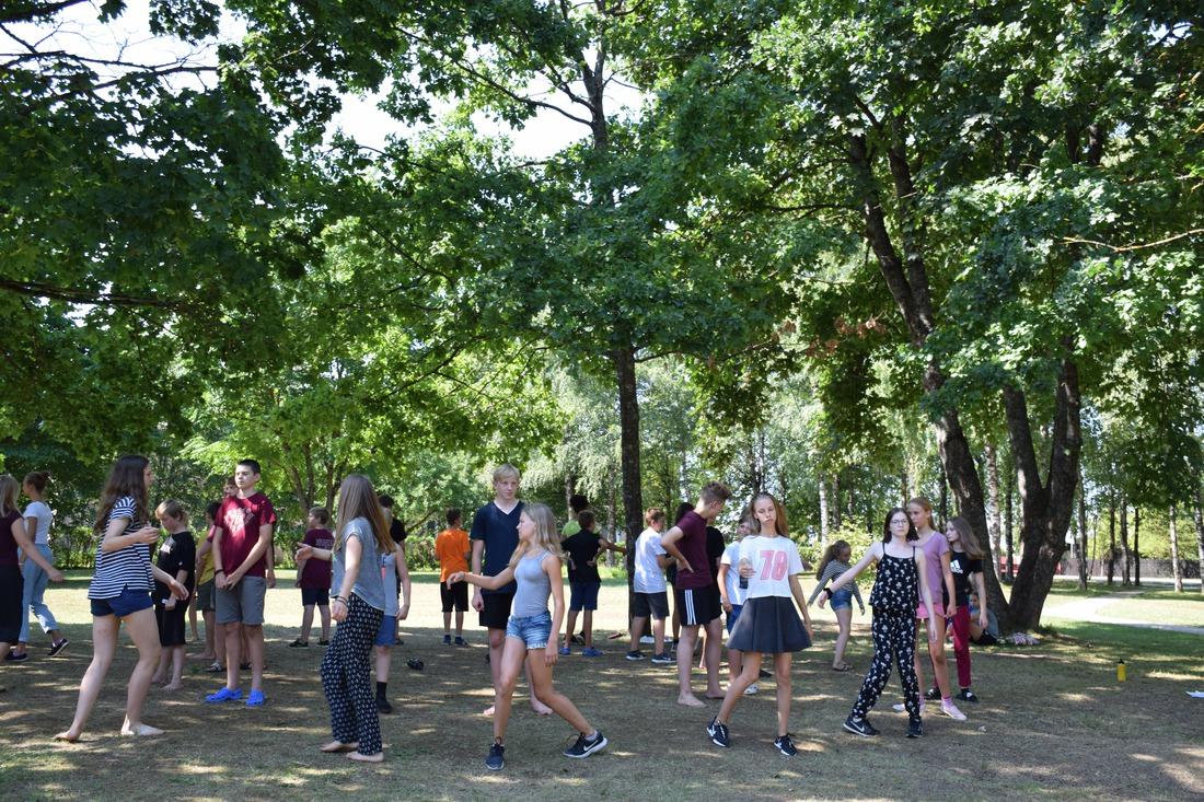 Eiropas Vasaras Skolas dalībnieki dejas nodarbībās