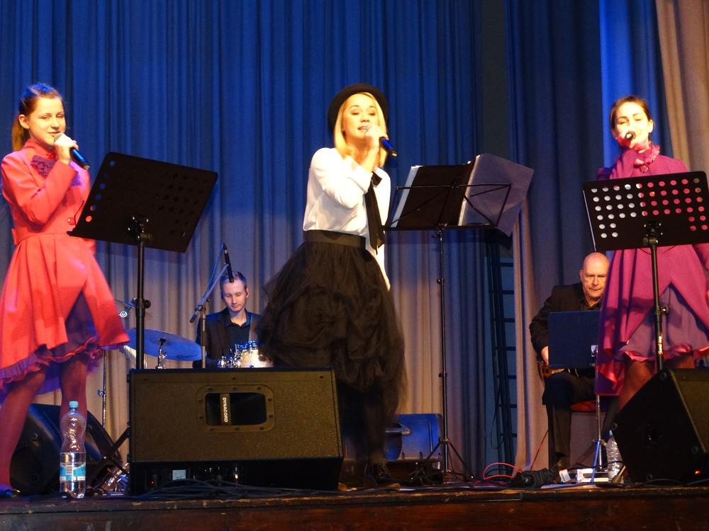 Koncertā dziedāja  Aija Andrejeva un ansambļa