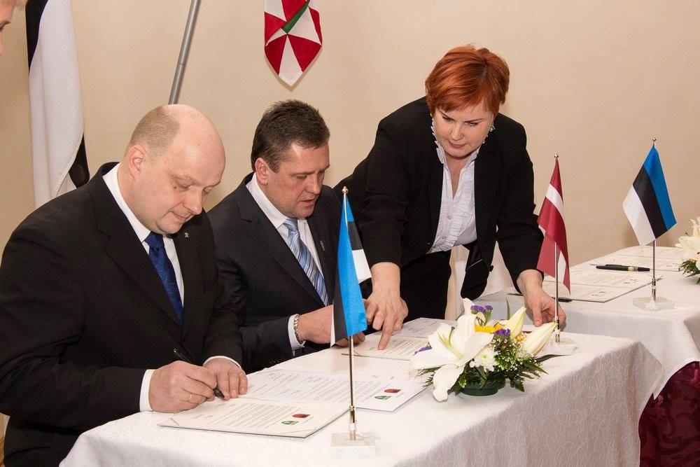 Līgumu paraksta Kandavas novada domes priekšsēdētājs Normunds Štoferts un Saku domes priekšsēdētājs Tanel Ots.