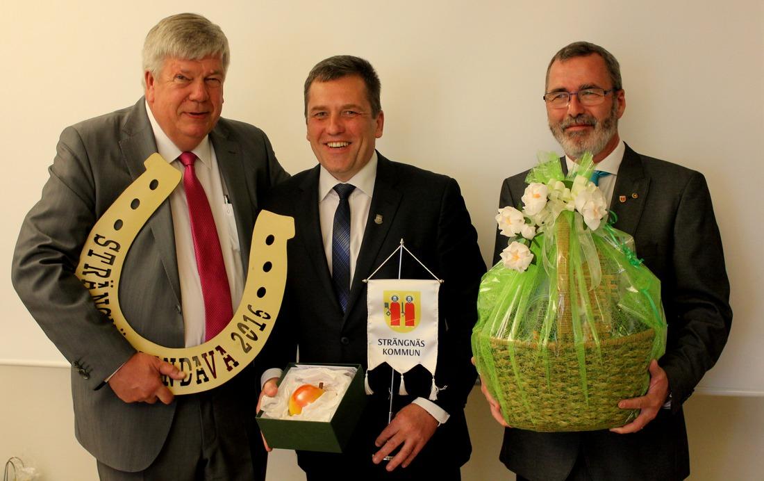 No kreisās: Strängnäs Kommun mērs Leif Linström, Kandavas novada domes priekšsēdētājs Normunds Štoferts un Strängnäs Kommun  izpilddirektors Per Bäckström