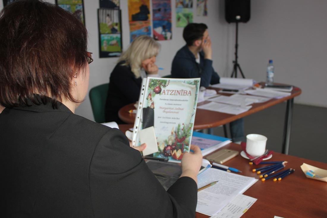 Žūrija vērtē jauniešu sagatavotās prezentācijas un iesniegtos diplomus un balvas