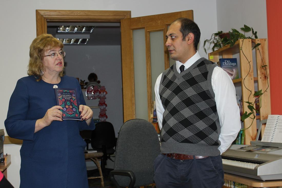 Kandavas pilsētas bibliotēkas Lasītāju klubs 7.decembrī tikās ar novadnieku Daini Kraukli