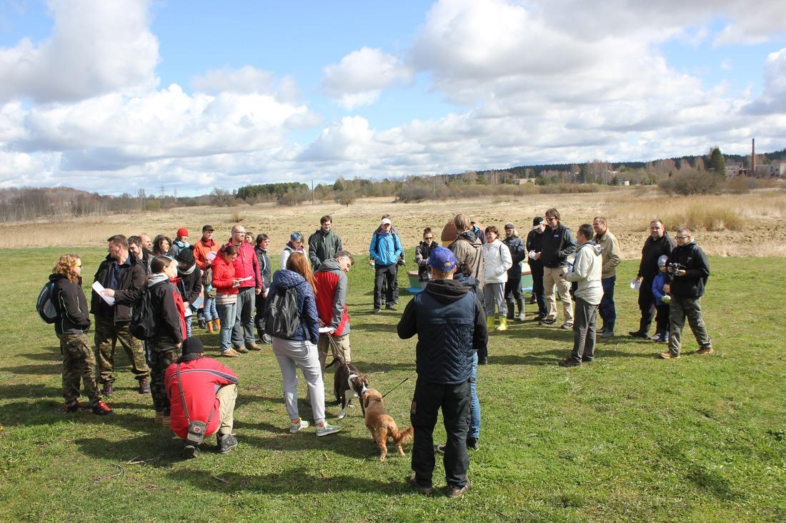 Geocaching jeb slēpņošanas aktīvisti no visas Latvijas pulcējas Kandavā, lai attīrītu Abavas krasta teritoriju