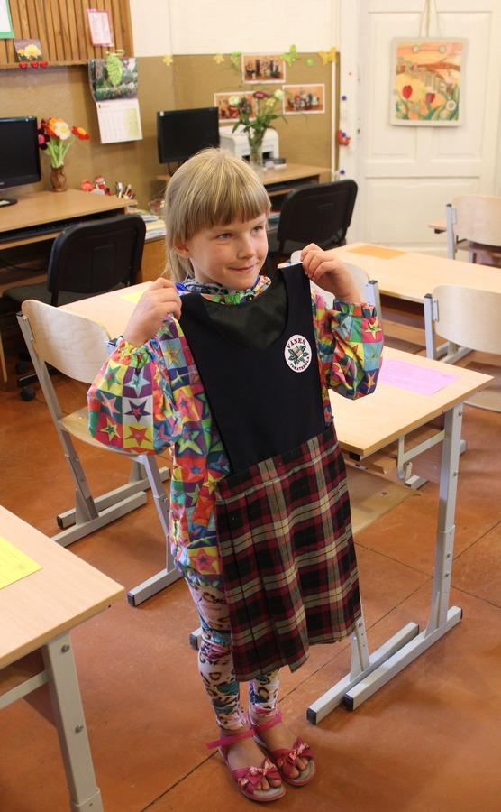 Vānes pamatskolas 1.klases skolniece Krista saņem savu jauno skolas formu