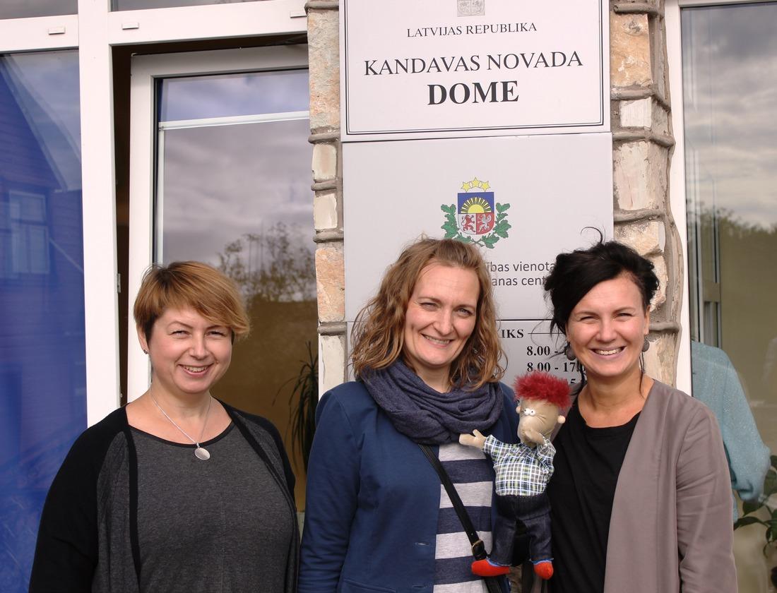 """No kreisās: """"Centra Dardedze"""" sociālā darbiniece Juta Bumbiere, valdes priekšsēdētāja Agnese Sladzevska un  projektu vadītāja Ilze Znotiņa"""