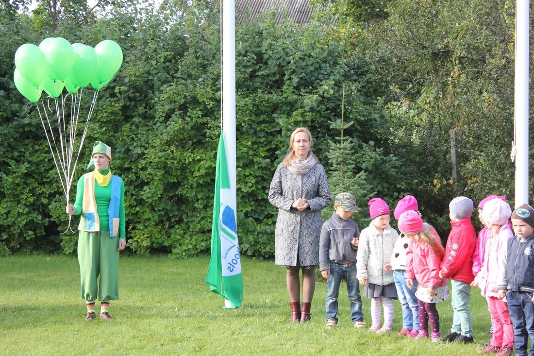 Audzēkņi, personāls un vadība kopā ar Ekorūķi pirmo reizi svinīgi mastā uzvelk Ekoskolas Zaļo karogu