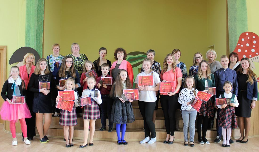 Novada skolu Skatuves runas konkursa dalībnieki un viņu skolotājas