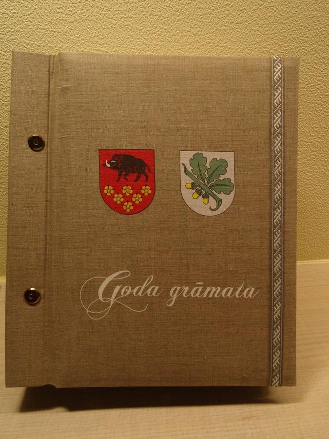 """Ar šo gadu tiek aizsākta tradīcija """"Goda grāmata"""", kurā apkopoti apbalvojuma """"Goda pilsonis"""" saņēmēji no 2003. gada"""