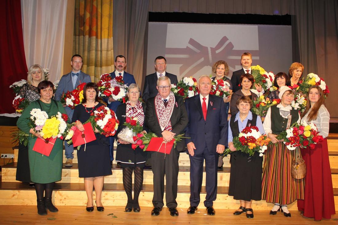 Kandavas novada 2017.gada apbalvotie ar domes priekšsēdētāju Ingu Priedi