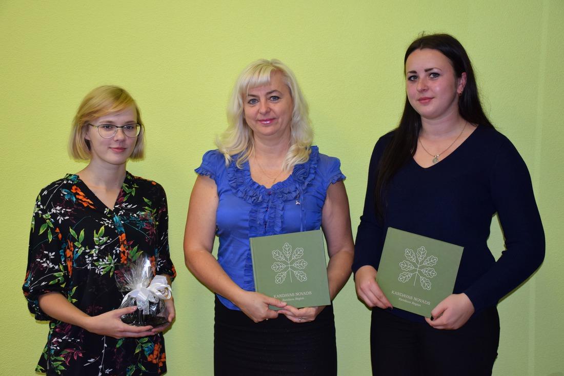 Apbalvotas konkursa laureātes Kristīne Birziņa un Laura Kristīne Melne