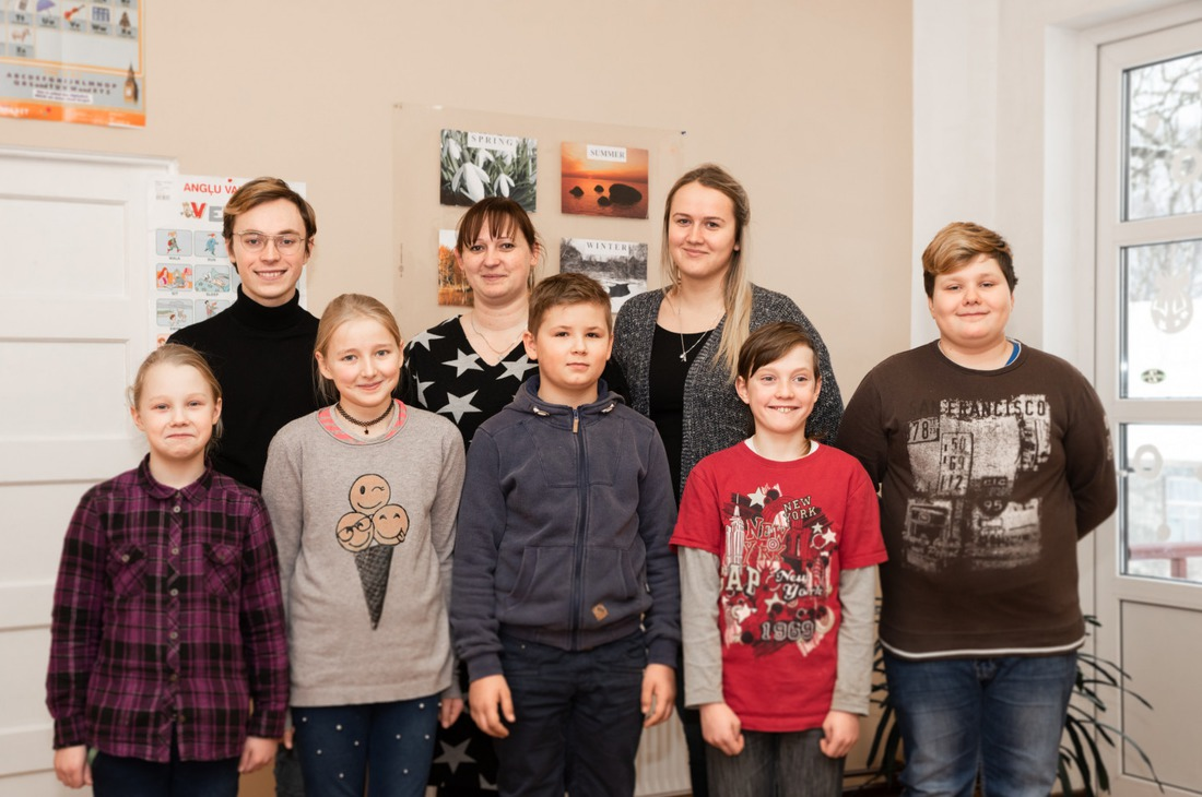 Jaunie skolotāji – Ēriks Ieviņš, Jolanta Ostrovska (vidū) un Alise Ņukša. Foto: Vladislavs PROŠKINS, F64 Photo Agency