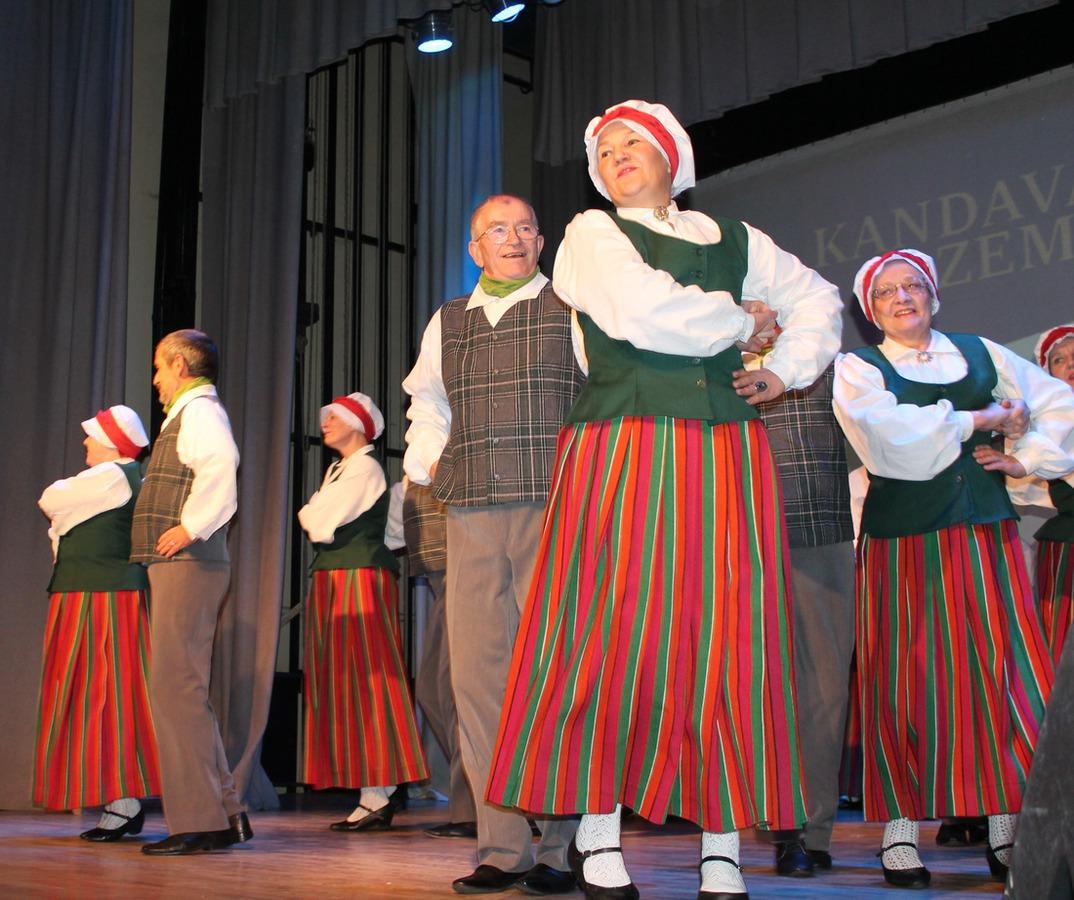 """Zemessargus svētkos sveic senioru deju kolektīvs """"Kandavnieks"""" Foto: L.Trēde"""