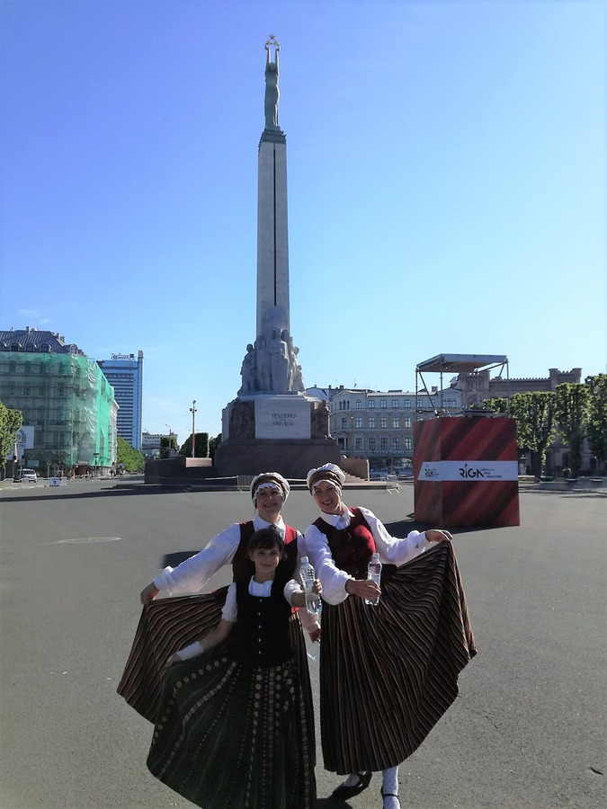 Zemītnieki pie Brīvības pieminekļa Rīgā