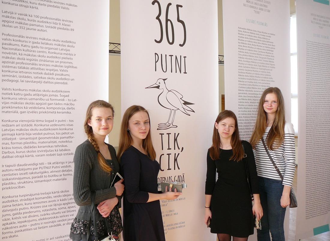 Kandavas Mākslas un mūzikas skolas komanda pēc konkursa uzdevuma veikšanas. Rūta Liepa, Elza Gumska, Estere Karole un Evelīna Mileika.