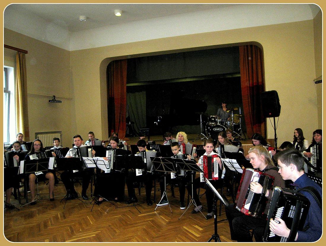KOPORĶESTRIS (diriģenti: N.Cinkuse un D.Zariņa)