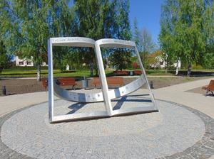 Kārļa Mīlenbaha parks ar saules pulksteni
