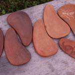 Svečturs, šķīvītis. Izgatavoti no Latvijas brūnā māla. Nav glazēti.Svēpētā keramika, slāpētā keramika, melnā keramika, roku darbs, hand made, craftman, ceramica, food fired, Latvia, Kandavas keramikas ceplis