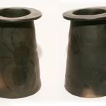 38) Vāze ar kukainīšiem. Augstums 21 cm, diametrs ārmala 15cm, iekšmala 9 cm. Cena 9.00 LVL
