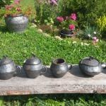 Trauki trīs vienā- Podiņš, sautējamais trauks un lejamais trauks..Tajos var sautēt dārzeņus, gaļu u.c. Paredzēts aptuveni divām porcijām.Svēpētā keramika, slāpētā keramika, melnā keramika, roku darbs, hand made, craftman, ceramica, food fired, Latvia, Kandavas keramikas ceplis