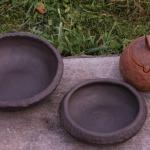 Dažāda izmēra bļodas. Izgatavoti no Latvijas brūnā māla. Nav glazēti. Cena no7 līdz 15e