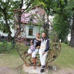"""2013. gadā Kandavas Mākslas plenēra laikā radīts mākslas objekts """"Zem laimīgās zvaigznes"""" un tēlniece Agnese Rudzīte- Kirillova un Anatolijs Kirillovs. Foto: no Kandavas TIC arhīviem"""