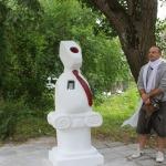 """2013.gada Kandavas Mākslas plenēra laikā tapusi ceļojoša skulptūra """"Rijīgais"""" (deputāts) un mākslinieks Jurģis Muska. Foto: no Kandavas TIC arhīviem"""