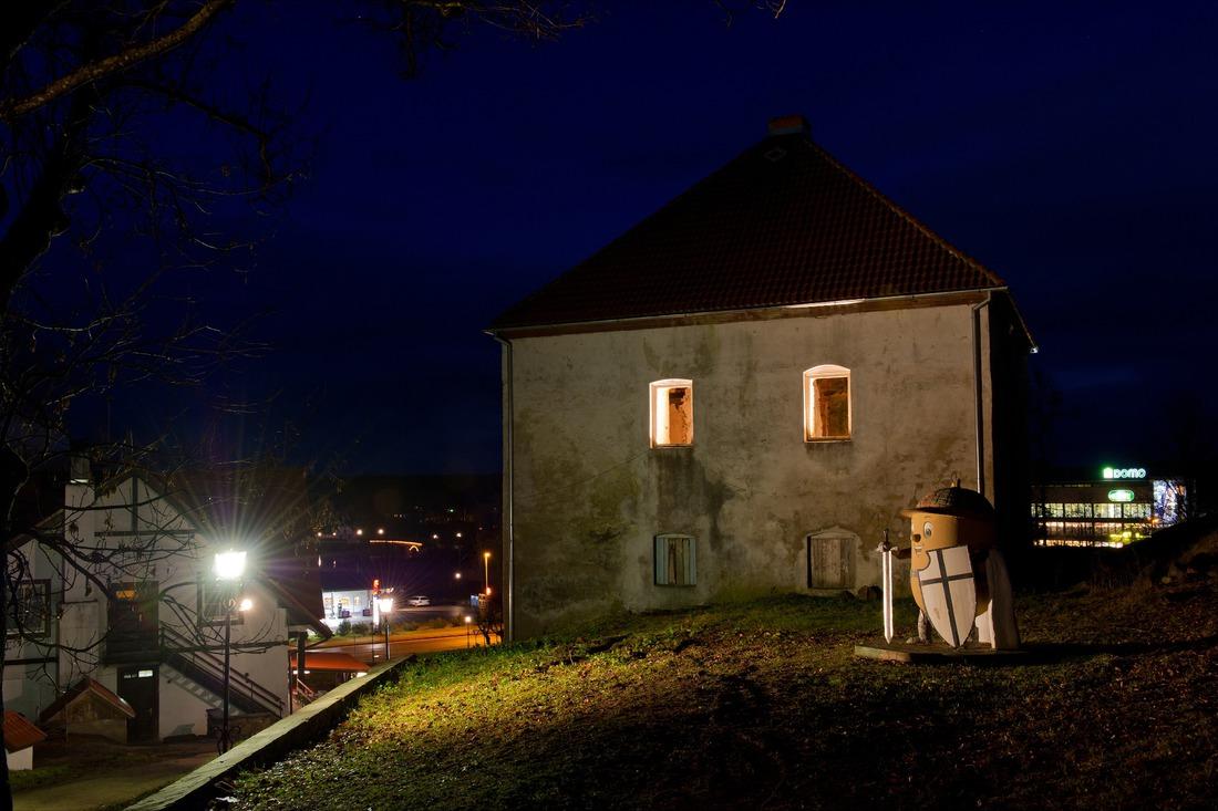 Pulvertornis un skulptūra Zīļuks Bruņinieks. Foto: E.Rēdmanis